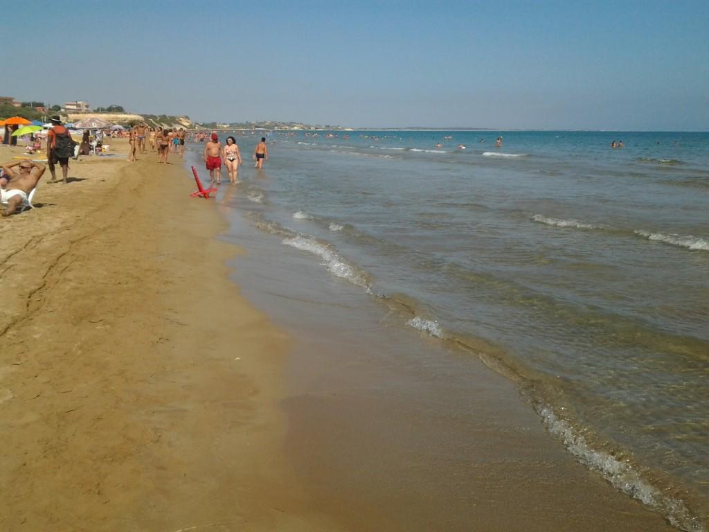 A passeggio sulla spiaggia di Pozzallo.
